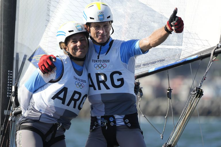La argentina Cecilia Carranza Saroli y Santiago Raúl Lange se abrazan en la clase mixta Nacra 17