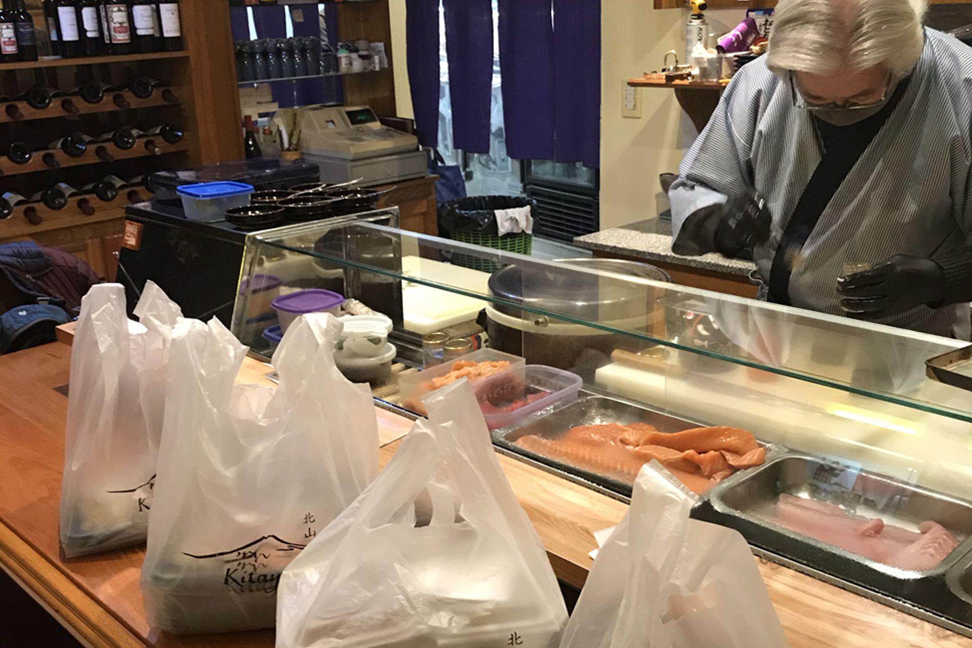 Kozo compra el pescado personalmente todas las mañanas y se encarga del delivery