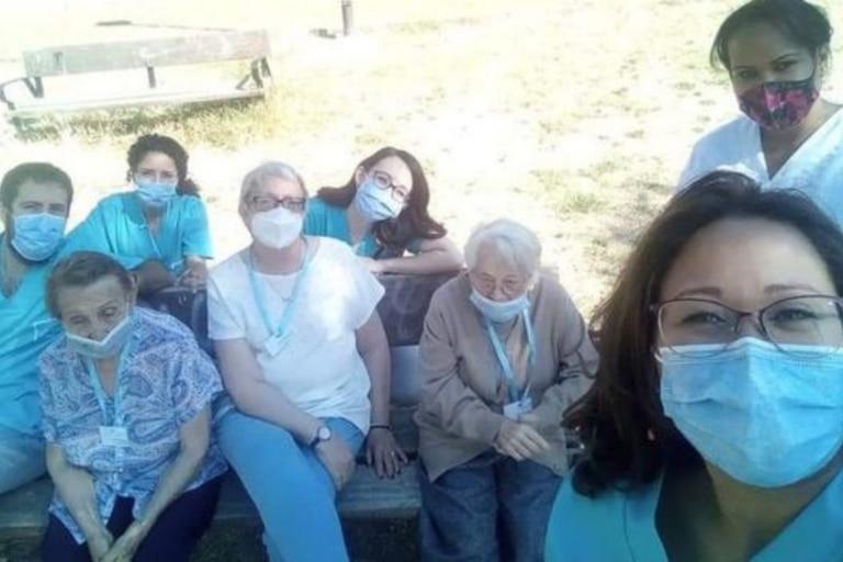 Martínez con un grupo de colegas y adultos mayores del Centro de Día Stima Mayores, donde trabaja actualmente