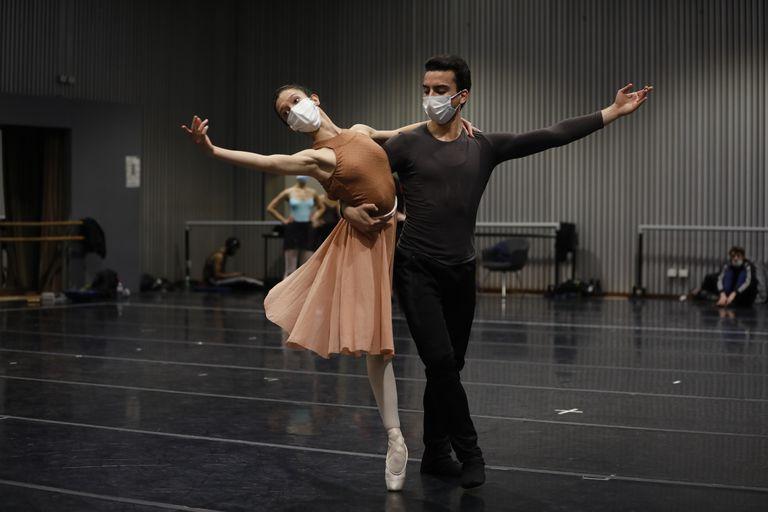"""Macarena Giménez y Maximiliano Iglesias  ensayan un dúo de """"Vendaval"""", el debut coreográfico del joven primer bailarín de la compañía"""