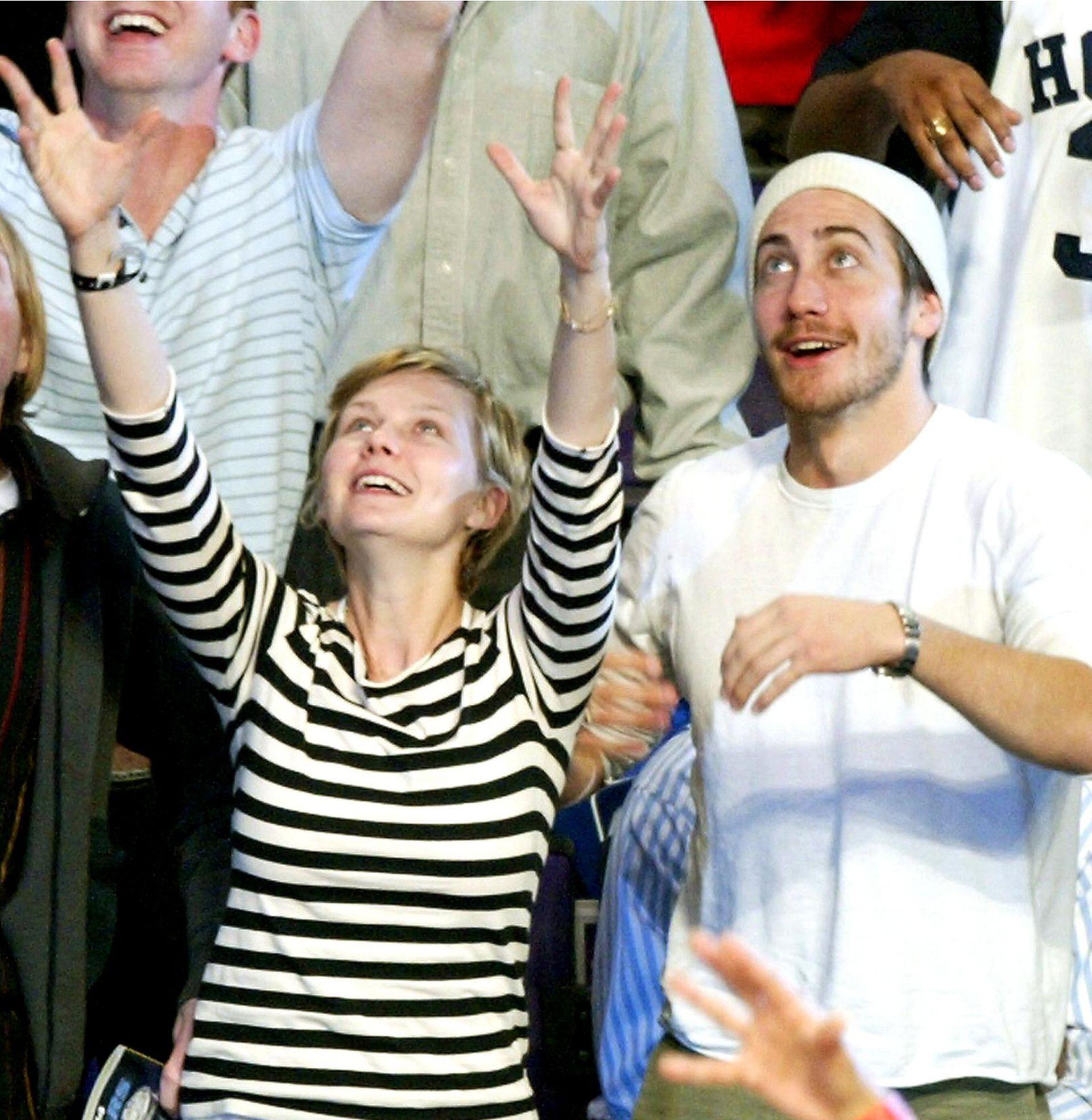 Kirsten junto a Jake Gyllenhall, intentando agarrar una remera durante un partido de basket