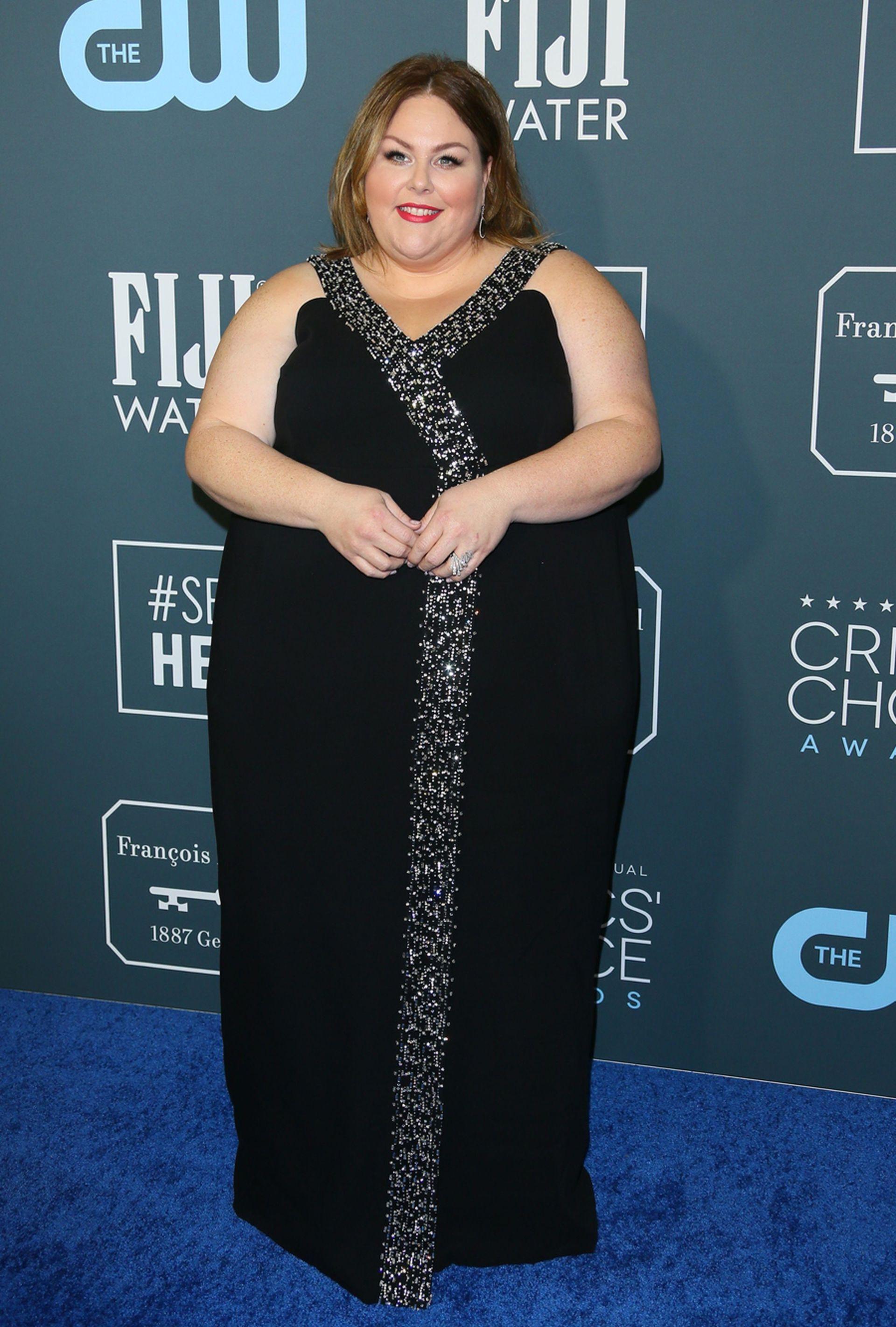 Esta vez, Chrissy Metz optó por un elegante vestido negro con bordado en plata