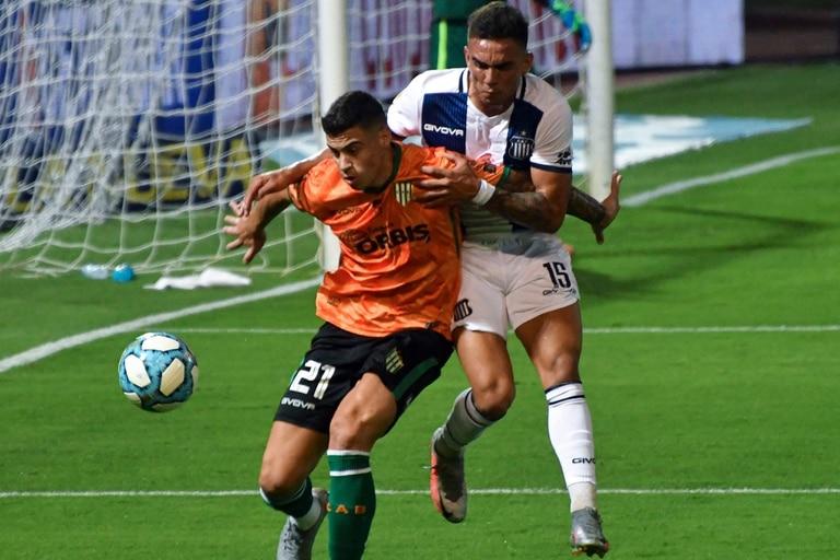 Payero controla el balón frente al ímpetu de Enzo Díaz