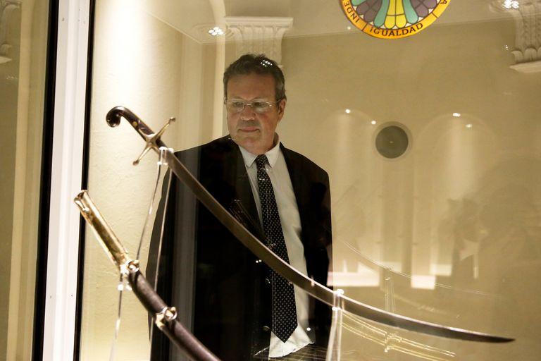Antes de la entrevista, el ministro Bauer recorrió el Museo Histórico donde se exhibe el sable corvo de San Martín