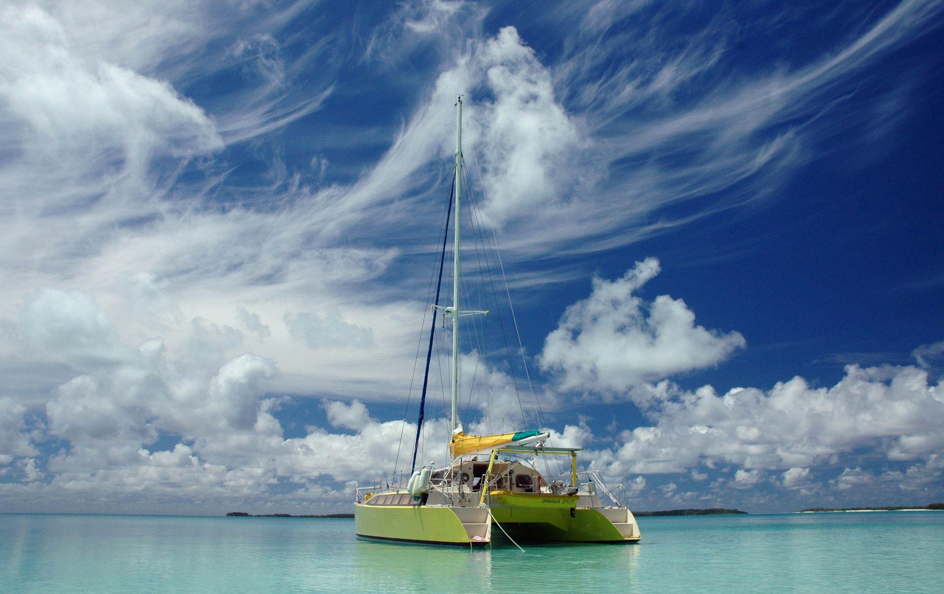 En los más de 45 años que lleva navegando capitaneó tres barcos diferentes; actualmente navega en un catamarán amarillo de 12 metros que bautizó Banana Split