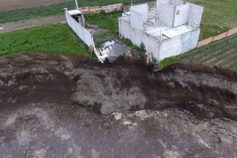 El socavón alcanzó a la primera edificación, la cual corre peligro de derrumbe