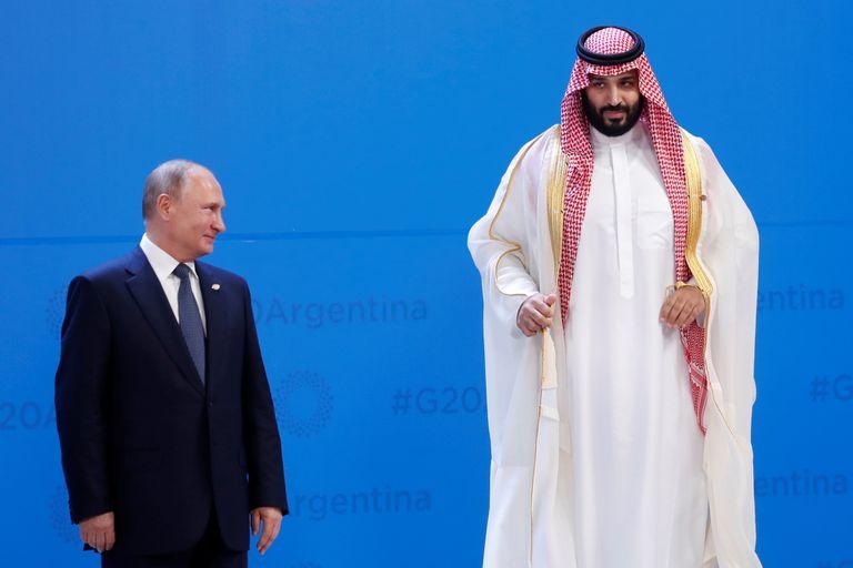 De reojo, Putín y el príncipe saudí fueron dos de los primeros en ubicarse para la foto