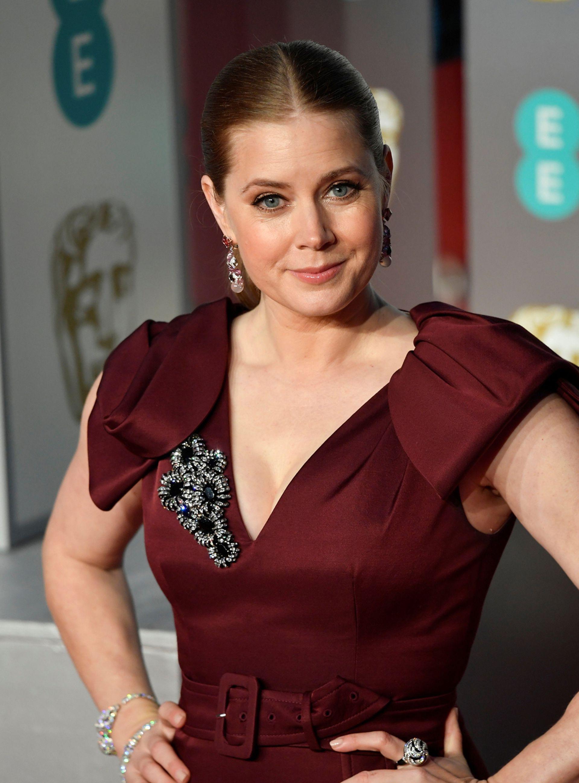 Amy Adams, una de las primeras en caminar la alfombra de los BAFTA en los que estaba nominada como mejor actriz de reparto por su papel en El vicepresidente: Más allá del poder