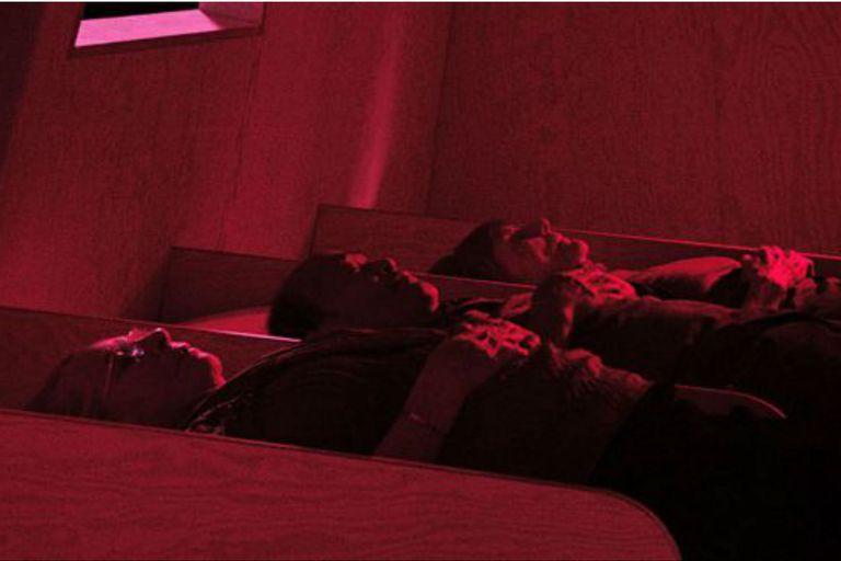 """sí dormían en la cabina, muestran 45 años más tarde, 3 de los 6 participantes en el experimento reunidos por el director Marcus Lindeen para el documental """"La Balsa"""" (2018), en una reconstrucción de Acali"""