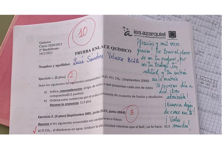 Una estudiante mostró su prueba de química en las redes sociales, donde el docente le dejó un mensaje inspirador, y se volvió viral