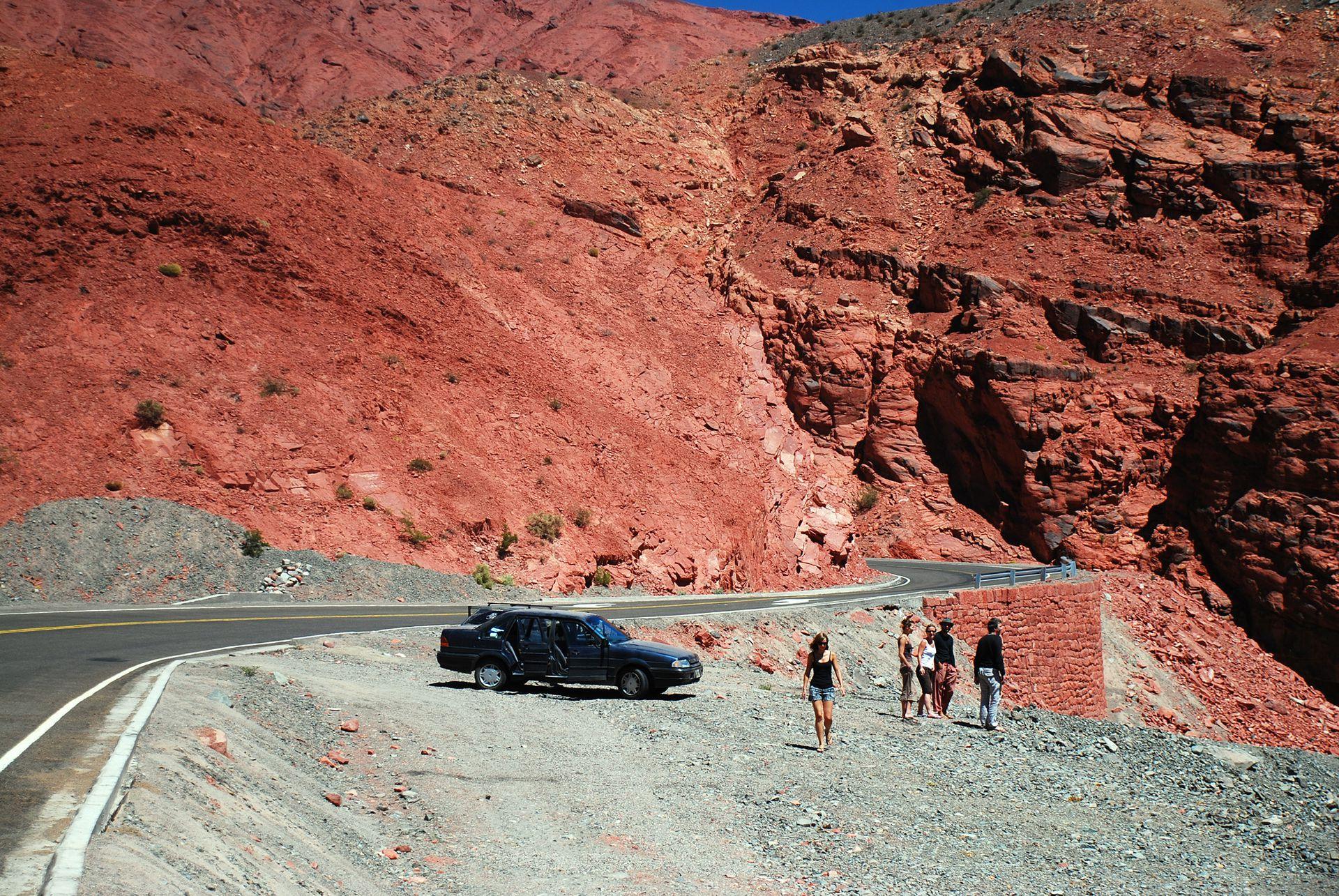El paso de San Francisco es importante paso internacional, con asfalto del lado argentino, ripio del lado chileno y vistas panorámicas durante todo el recorrido.
