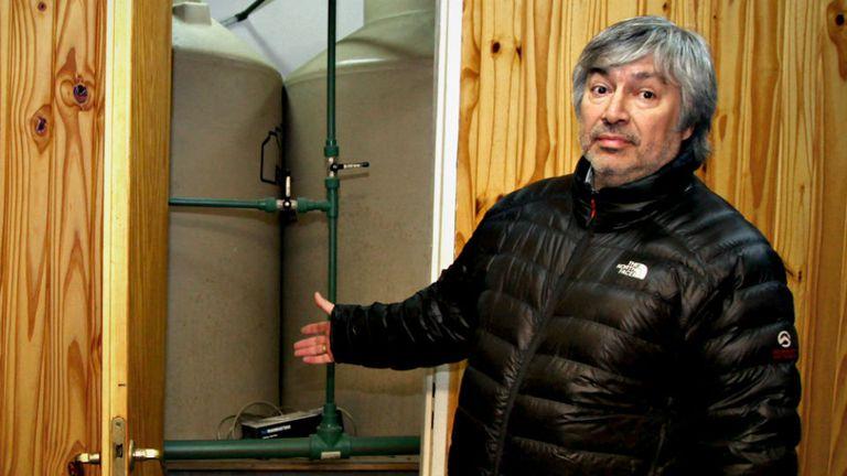 Lázaro Báez muestra parte de su casa a la prensa, luego de sospechas que indicaban que usaba un depósito para guardar dinero sucio