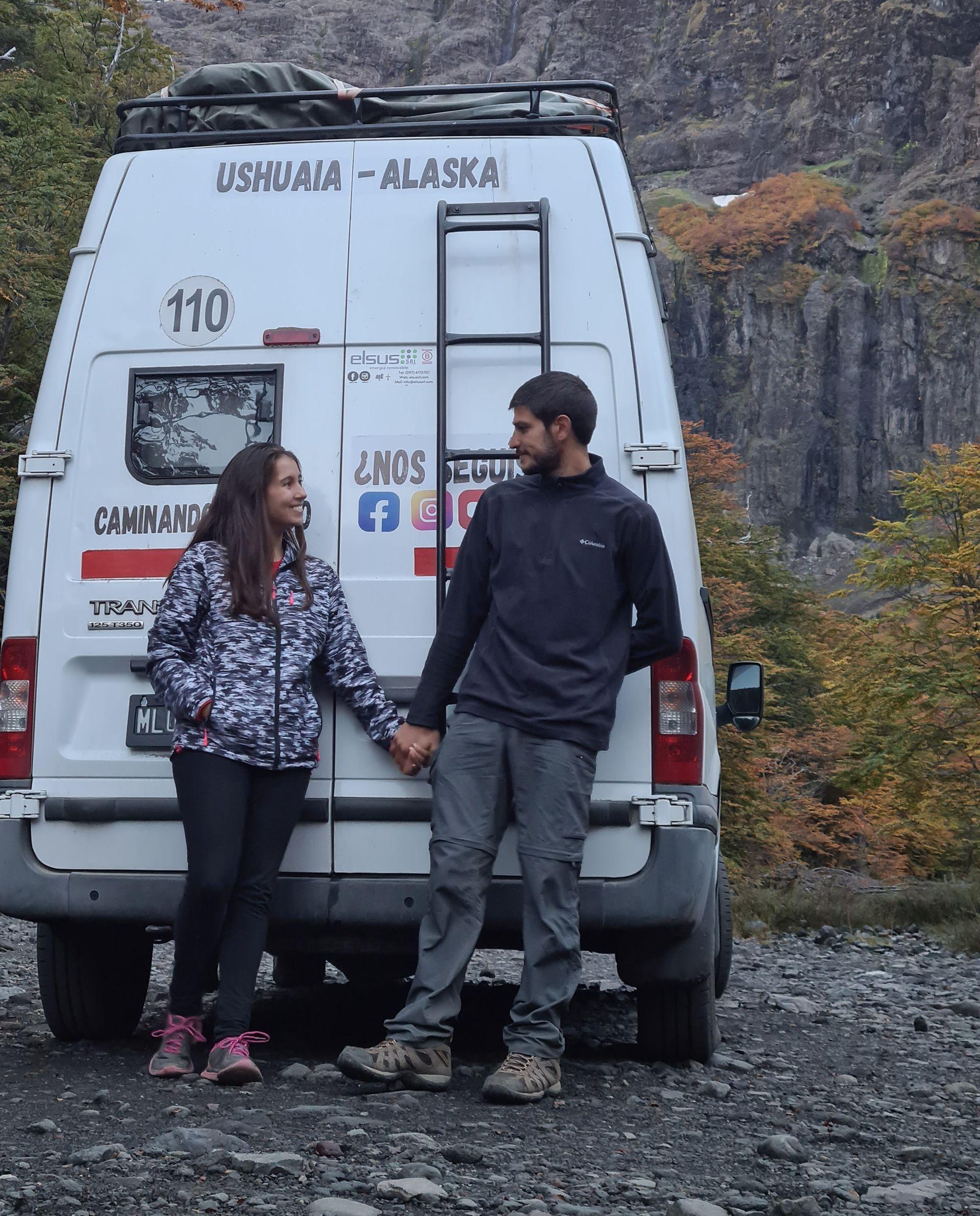 Solventan el viaje con el canal de YouTube Caminando el Mundo y tienen una tienda online de accesorios de viaje
