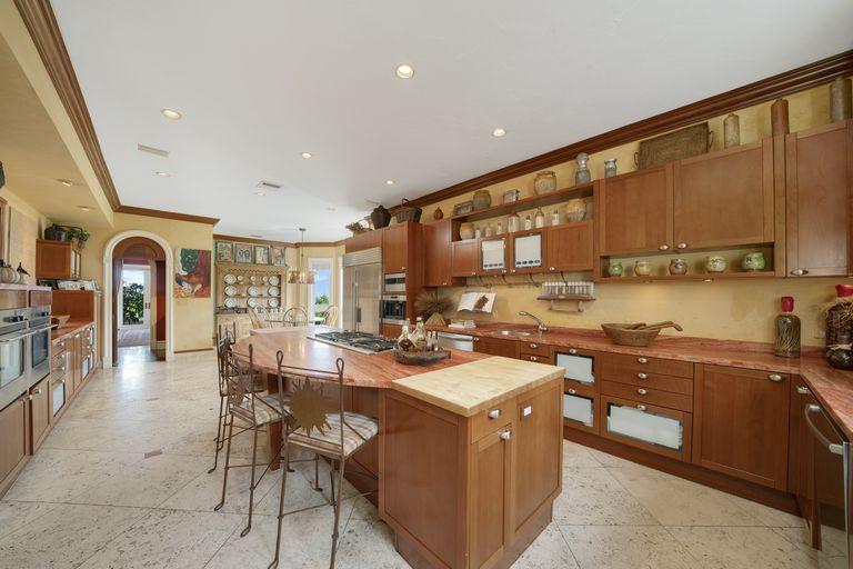 La cocina tiene una fuerte presencia de madera y está decorada en tonos tierra
