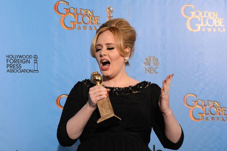 Adele y su Globo de Oro...¿estará ensayando para los Oscars?