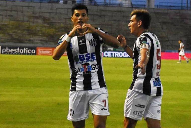 En dos fallas de la defensa de Aldosivi, Centrl Córdoba no perdonó; Leonardo Sequeira marcó el primer tanto.