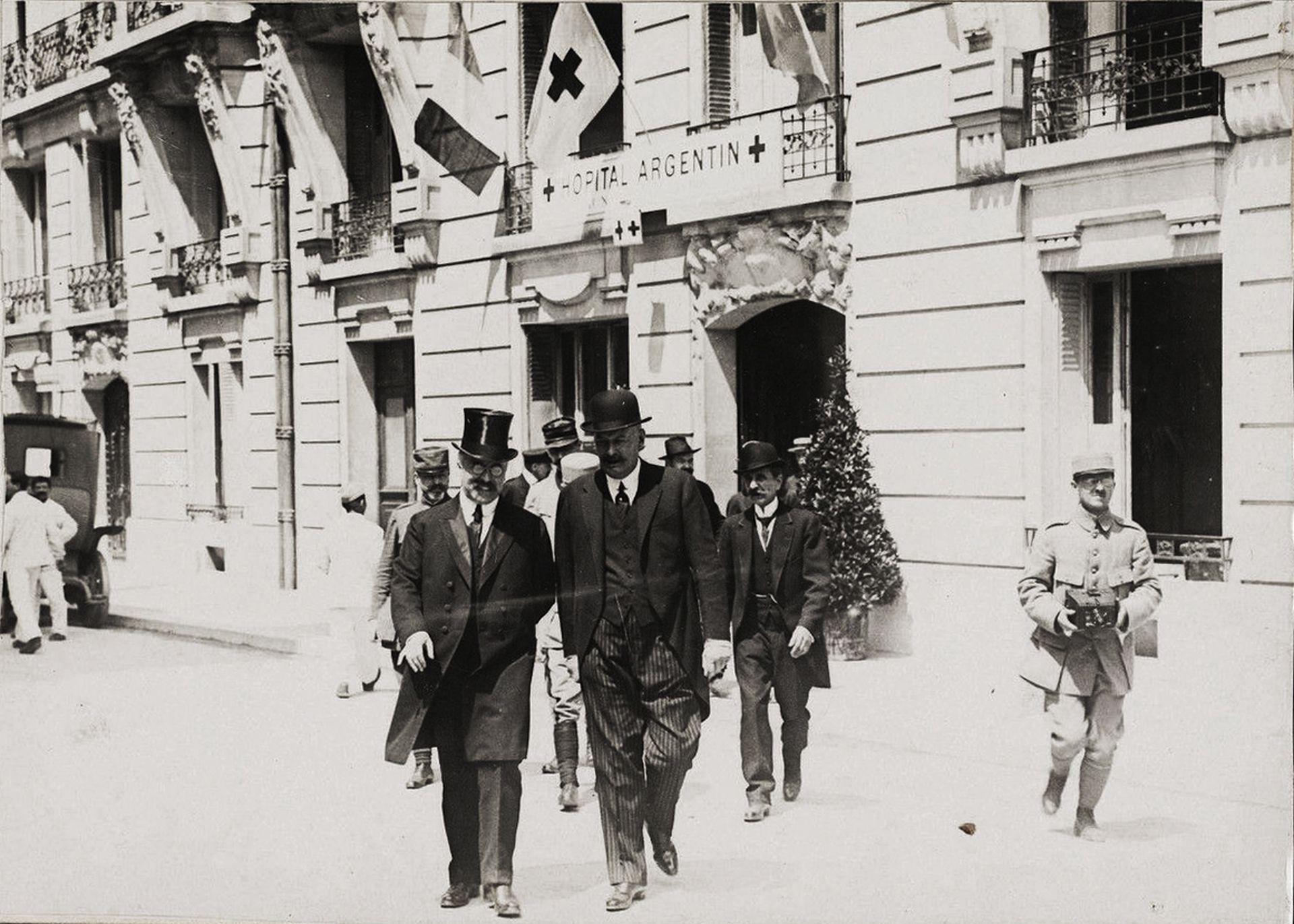 El Hospital Argentino en París se inauguró el 25 de mayo de 1917, día de fiesta patria. El subsecretario del servicio de Sanidad Justin Godard, se retira acompañado por Alvear.