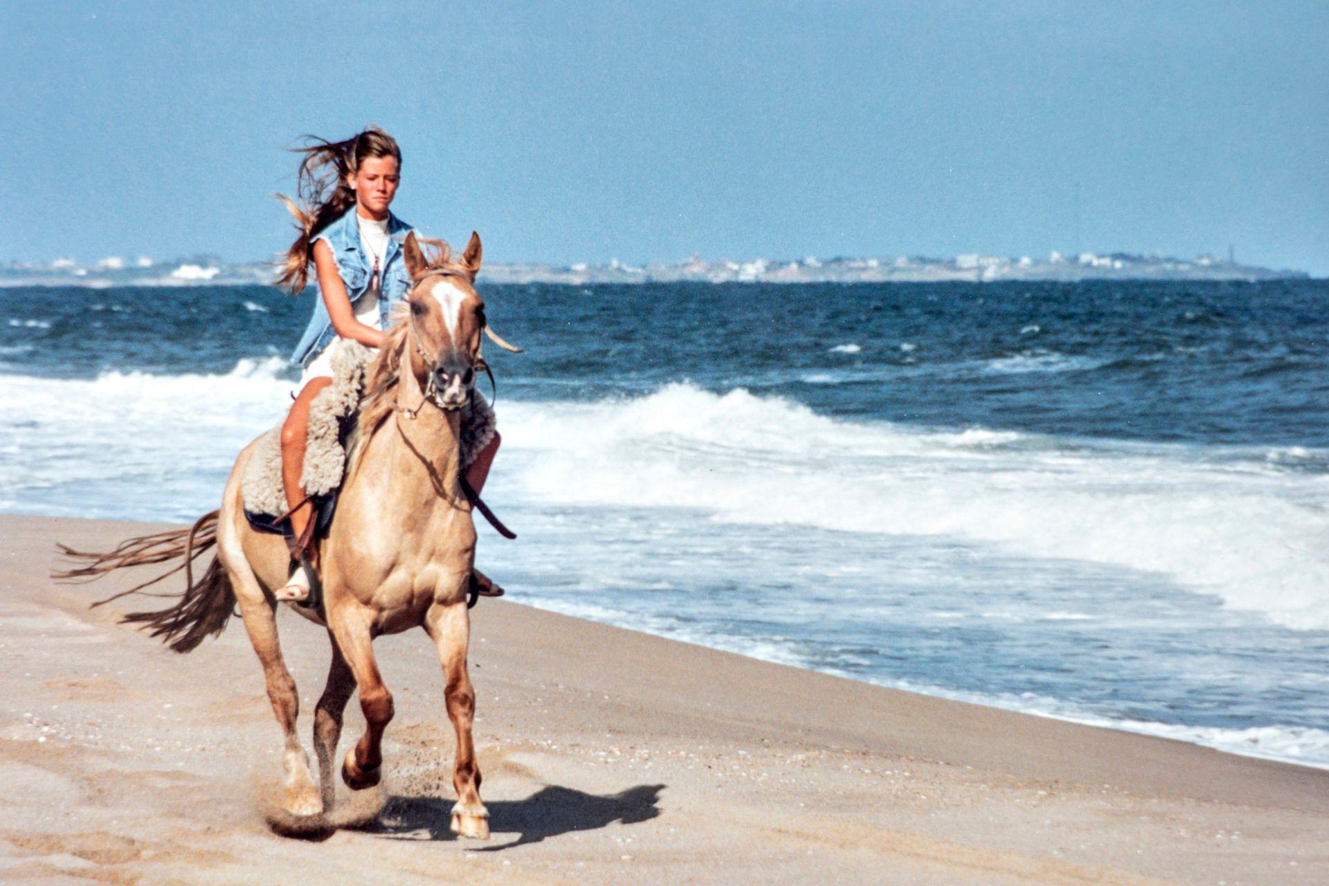 Nicole Neumann durante un paseo a caballo por la costa