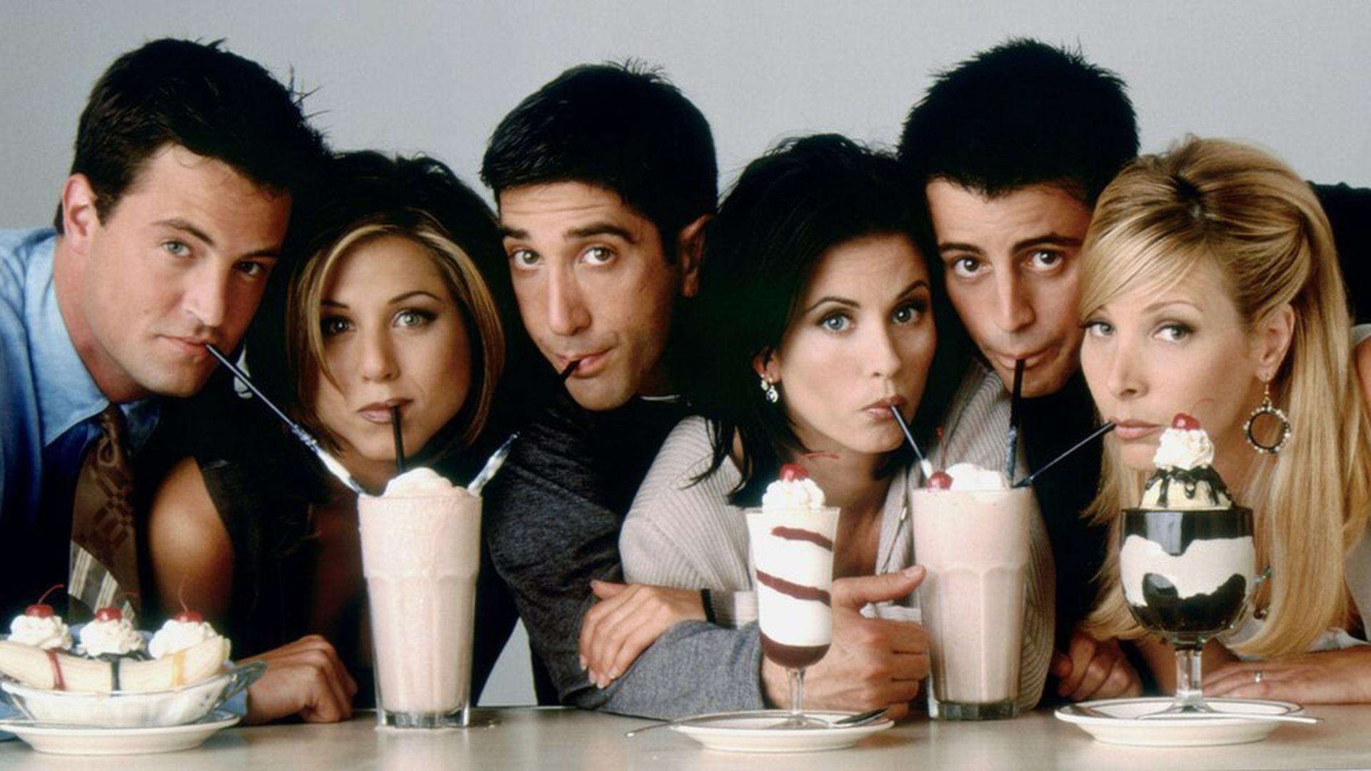 El exitoso elenco de Friends: Chandler Bing (Matthew Perry), Rachel Green (Jennifer Aniston), (doctor) Ross Geller (David Schwimmer), Mónica Geller (Courteney Cox), Joey Tribbiani (Matt LeBlanc) y Phoebe Buffay (Lisa Kudrow).