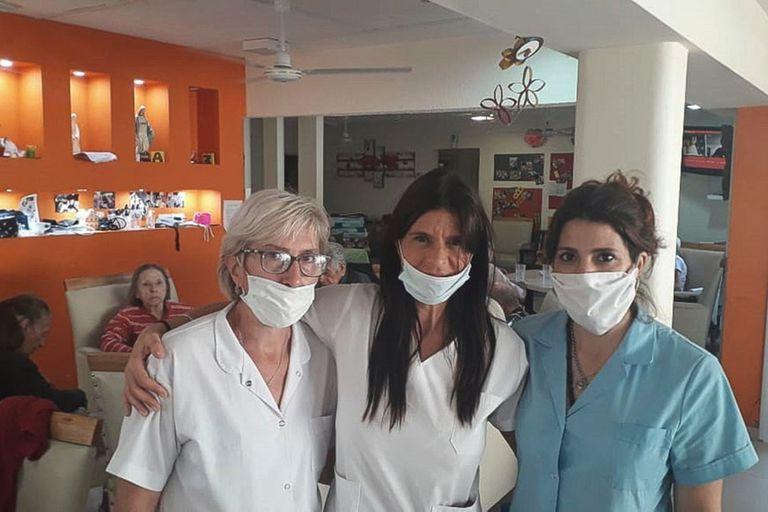 La dueña del geriátrico junto a empleadas