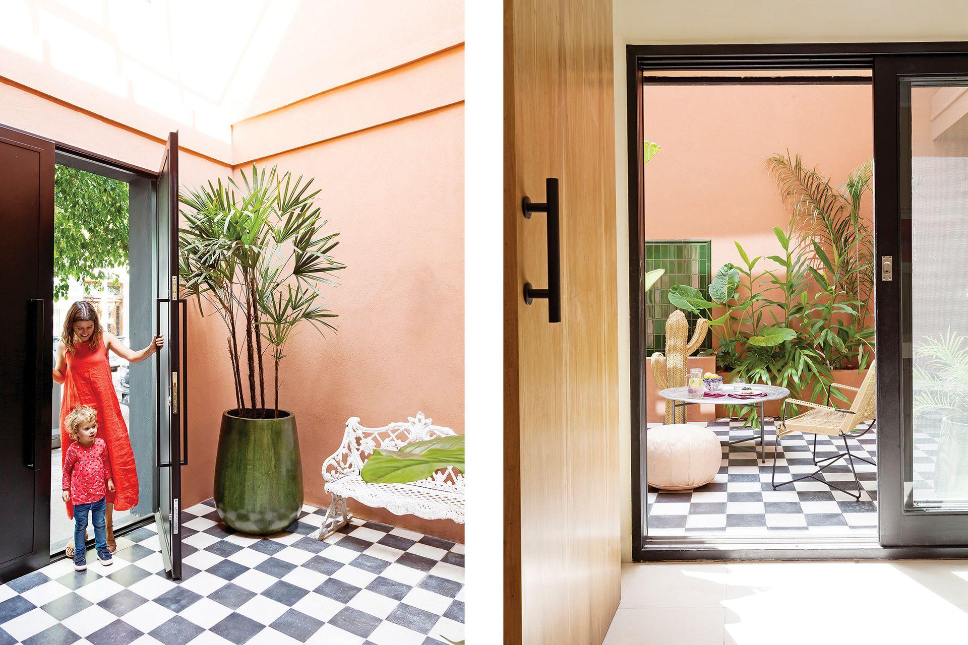 Puerta de calle en hierro, igual que todas las aberturas de la casa (Estudio Trama). El patio tiene piso damero de calcáreos (Emporio Zamudio), banco heredado y macetas esmaltadas (Moebius Studio).