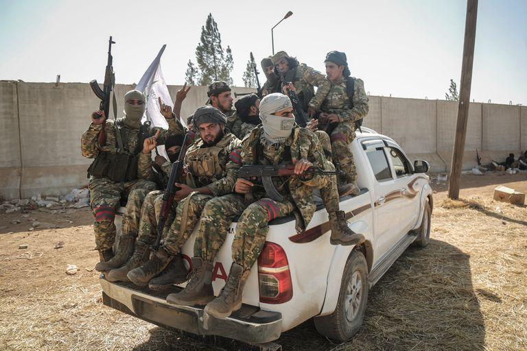 Tropas aliadas de los turcos, ayer, en la zona fronteriza con Siria
