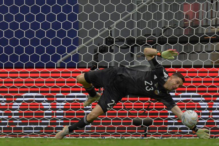 Emiliano Martínez ataja uno de los disparos durante la tanda de penales del partido que disputan Argentina y Colombia por la Copa América 2021