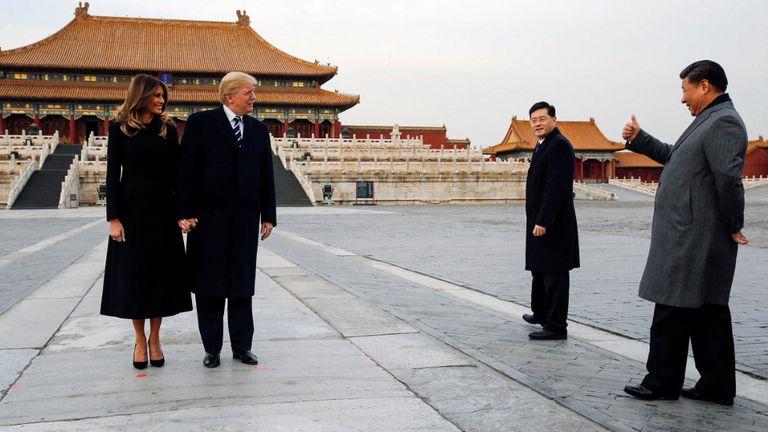 Trump y Melania, ayer, junto a Xi en la Ciudad Prohibida