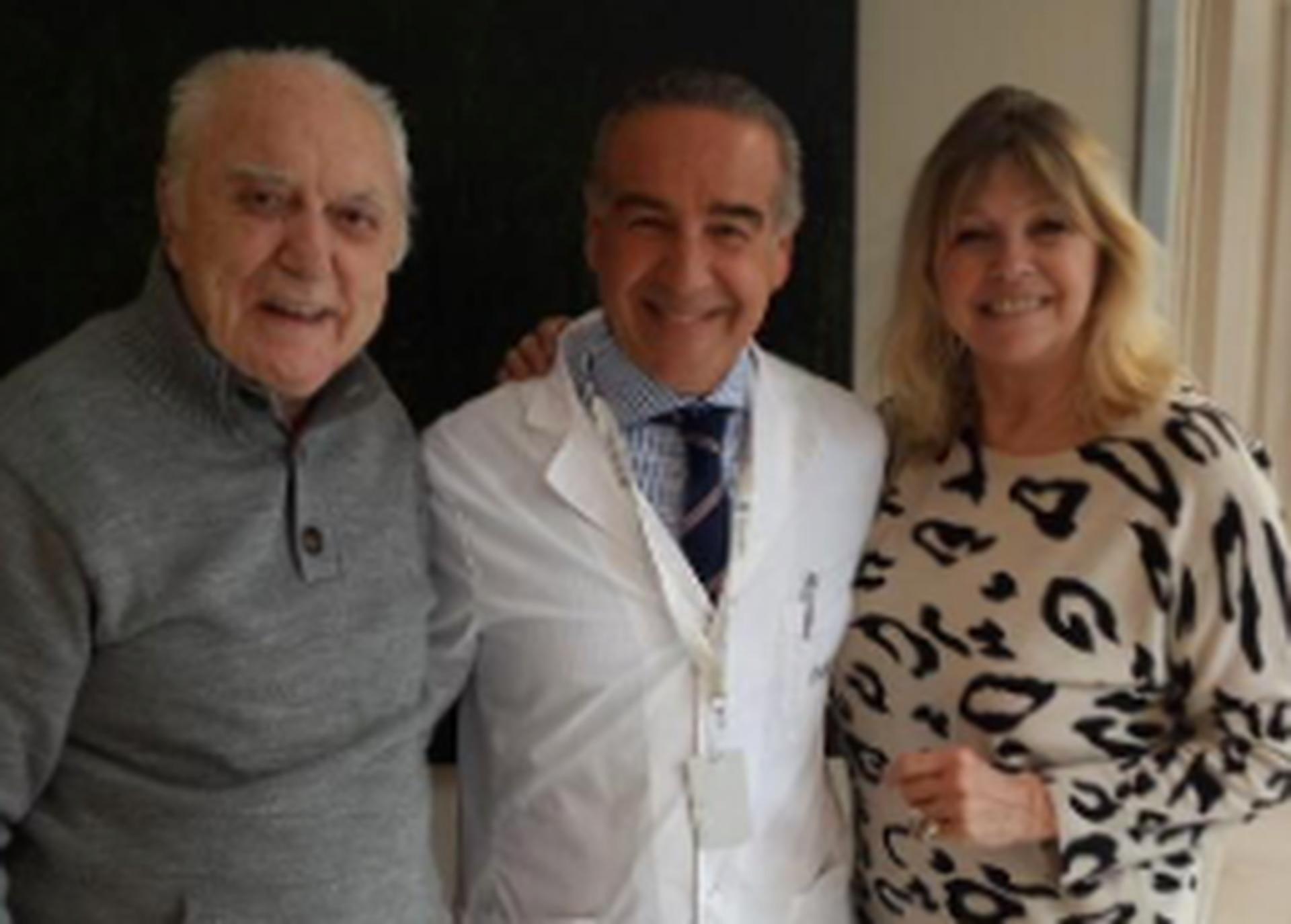 Cacho Fontana y Liliana Caldini, junto a un médico que atendió al locutor