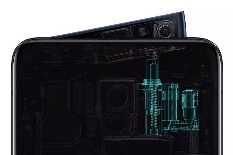 La cámara frontal del Oppo Reno sale para afuera con un clic, como un botón; esto permite liberar espacio para la pantalla