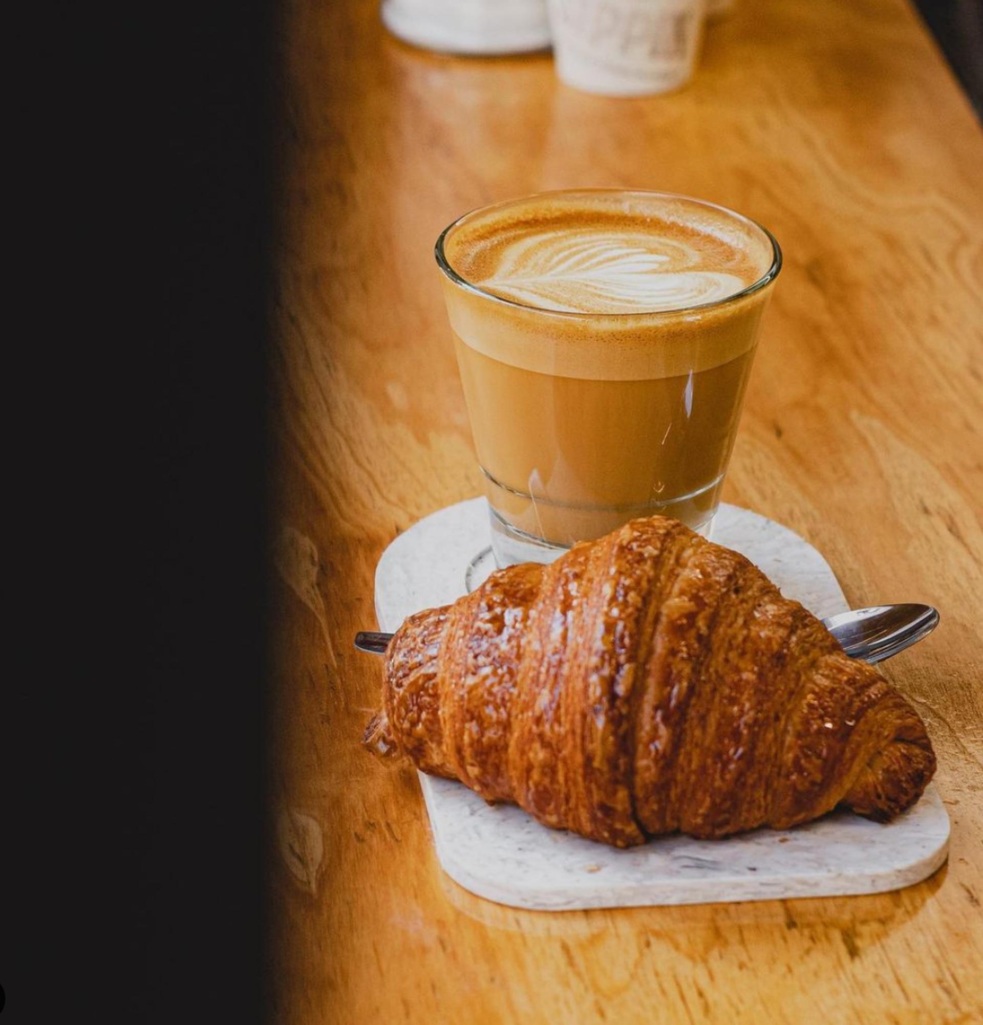 En la barra de Sippin pueden degustarse diferentes variedades de café y combinarlas con cookies, croissants, budines y otras dulzuras.