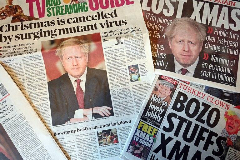 Diferentes periódicos del Reino Unido muestran el anuncio del primer ministro Boris Johnson de nueva medidas restrictivas para frenar una nueva cepa del coronavirus