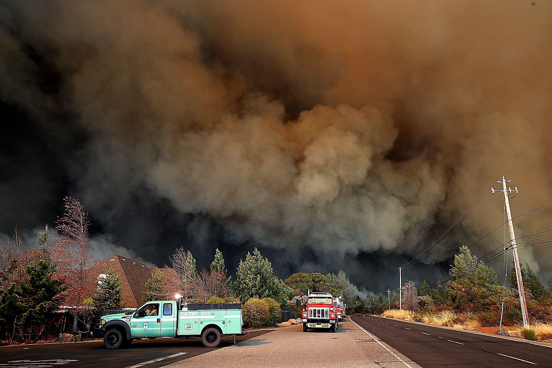 Una columna de humo invade el cielo en el área en Paradise, California.