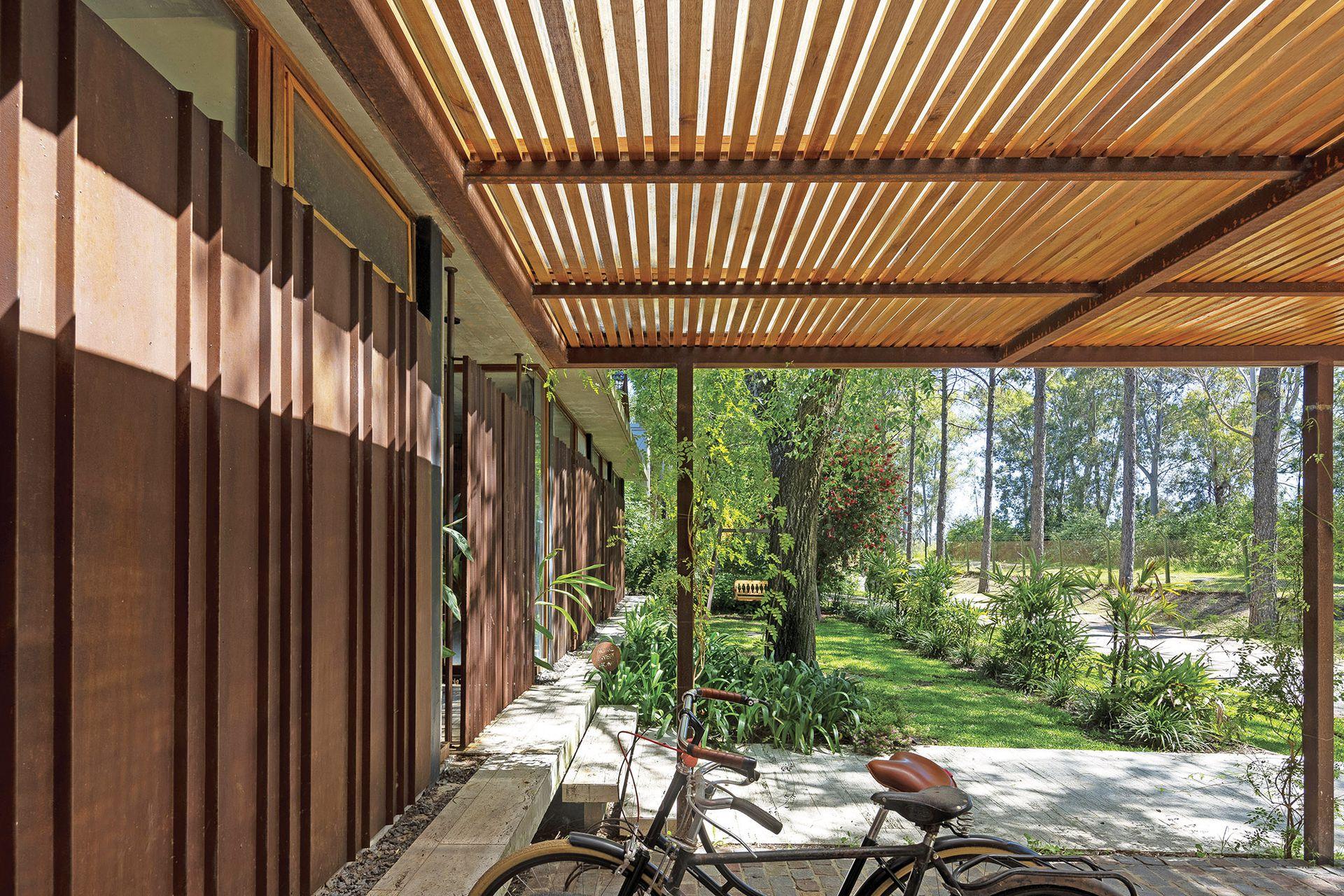 La casa tiene una infinidad de filtros de luz. Los cerramientos de chapa oxidada se cubrieron con laca, y el metal se plegó para conseguir resistencia.