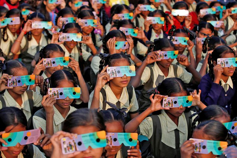 Un grupo de niñas mira el eclipse en Ahmedabad, India