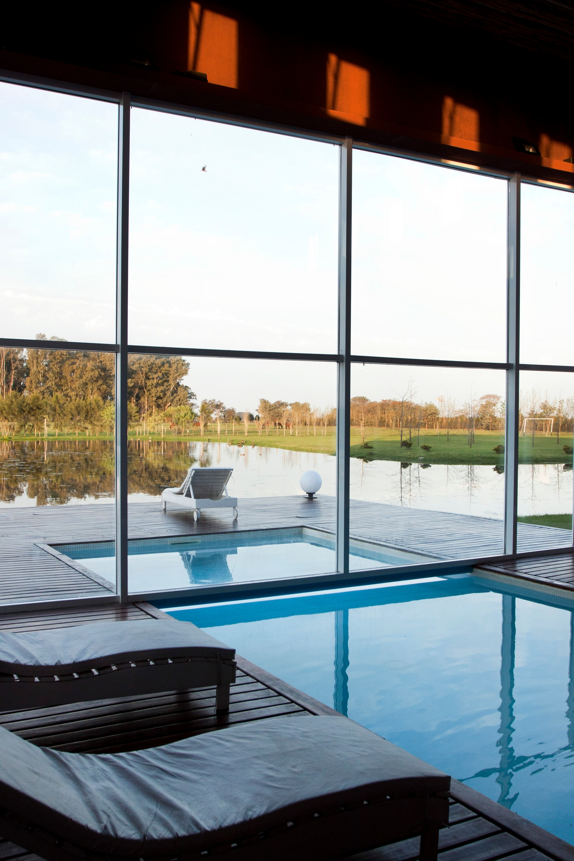 La piscina in-out, un lujo a la altura de un spa urbano con el plus de la vista al campo.
