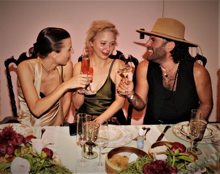 Florencia brinda con Pia Barberis (a quien fichó como diseñadora) y el estilista Nicolás Pesce Freijóo.