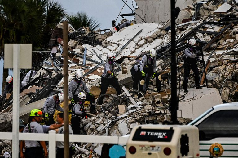 El personal recorre sistemáticamente los escombros en busca de sobrevivientes
