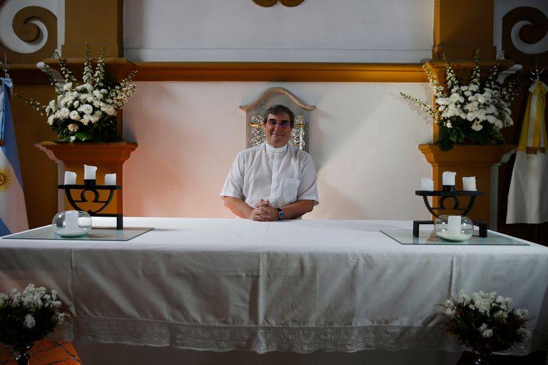 """Quijano, en el altar donde celebraba misa cuando, según dijo, vio el rostro de Jesús; habla de """"gracia"""", no de milagro"""