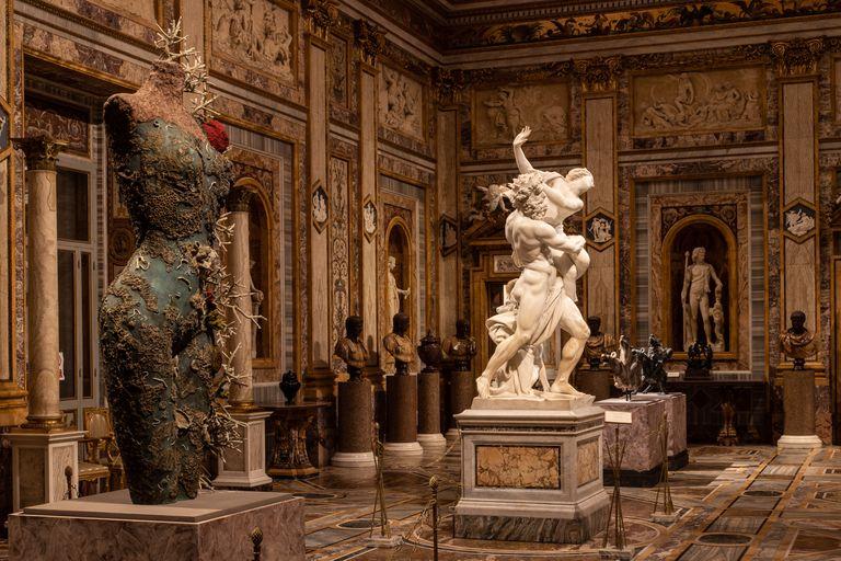 """Junto a """"El Rapto de Proserpina"""", de Bernini, irrumpe una típica estatua de bronce sin cabeza de Hirst, recuperada en teoría del fondo del mar y recubierta de anémonas, algas y corales petrificados"""