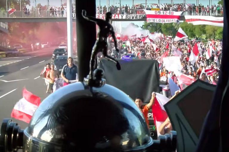 Desde el micro: la Copa y la multitud que recibió a los campeones