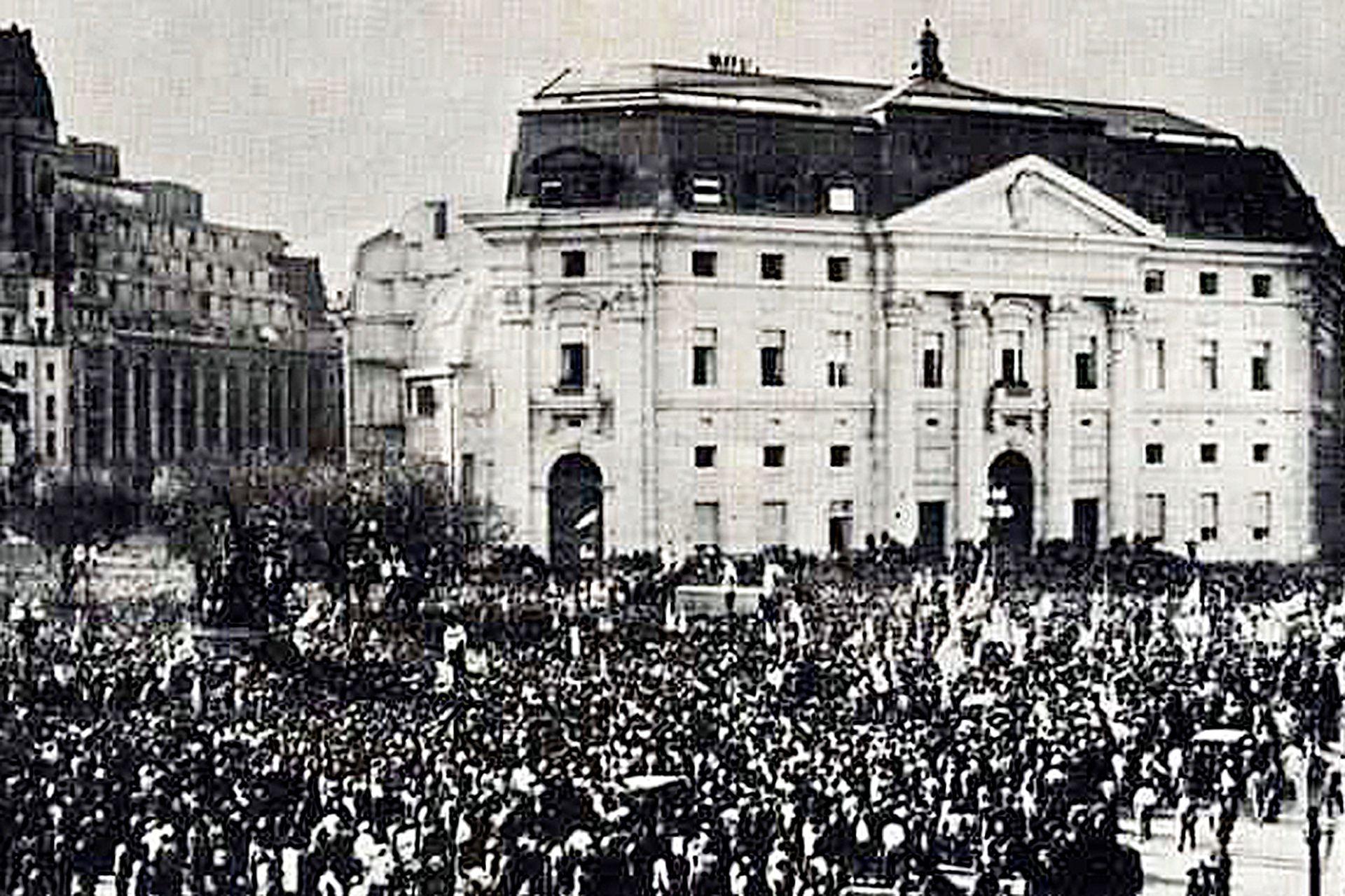 La Plaza de Mayo, ocupada por una multitud, y de fondo el edificio del Banco Nación