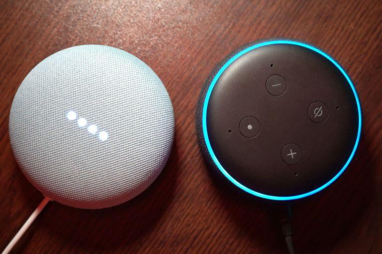 Un Google Home Mini y un Amazon Echo Dot, dos de los parlantes conectados más populares del mercado