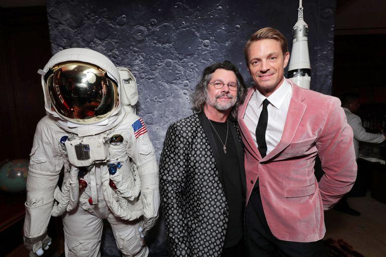 Joel Kinnaman junto al creador de la serie, Ron Moore