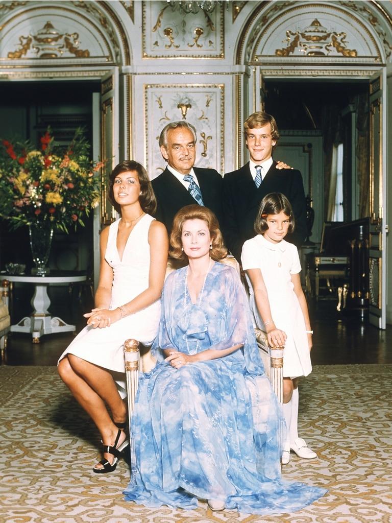 Una postal de la familia real de Mónaco, poco antes de que su historia fuera marcada por la tragedia