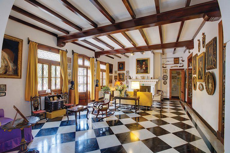 """El espléndido salón o """"sala de los retratos"""" es el lugar más grande de la casa, donde """"Manucho"""" organizaba su famosa fiesta de carnaval todos los veranos."""