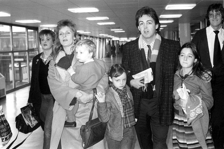 A punto de embarcarse rumbo a Nueva York, en el aeropuerto de Heathrow, con sus hijos James, Stella (en el centro), y María.
