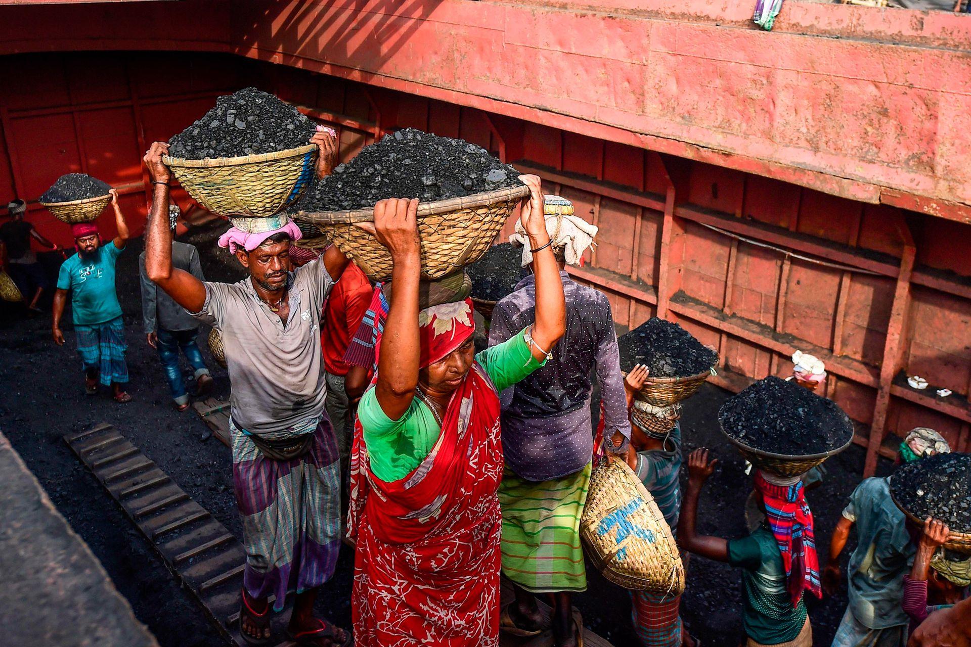 Los transportadores de carbón de Dhaka, en Bangladesh