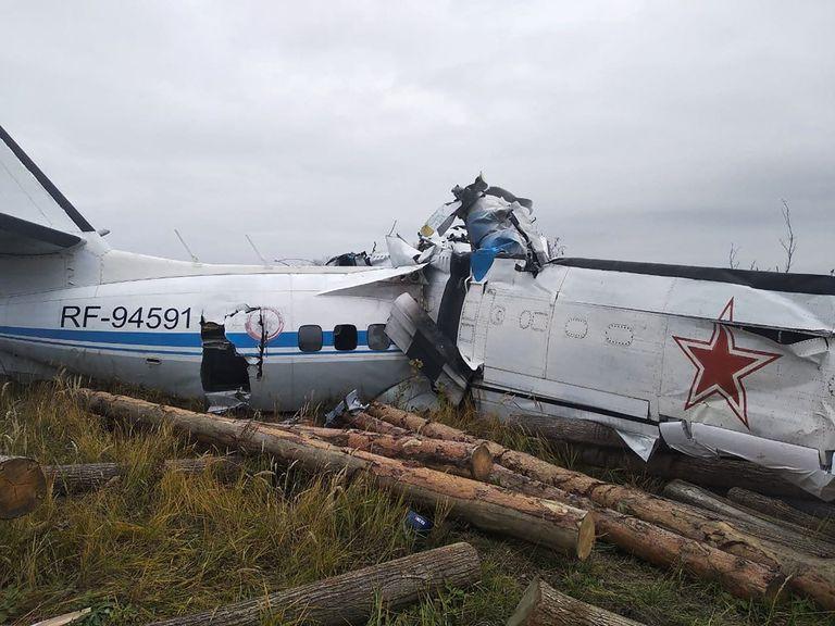 Así quedaron los restos del avión L-410 que se estrelló cerca de Menzelinsk, en la República de Tartaristán