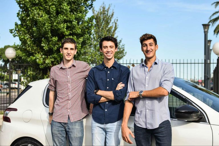 Los tres socios de Motortale tienen entre 22 y 23 años y se conocieron en la Universidad Di Tella; de izquierda a derecha: Lucas Abriata, Tomás Galuccio y Tomás Ventura